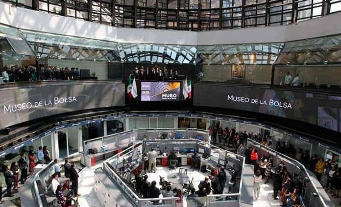 Bolsa Mexicana termina con ganancia; el dólar cierra en 19.45 pesos