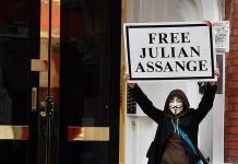 Un juez declara culpable a Assange por violar su libertad condicional