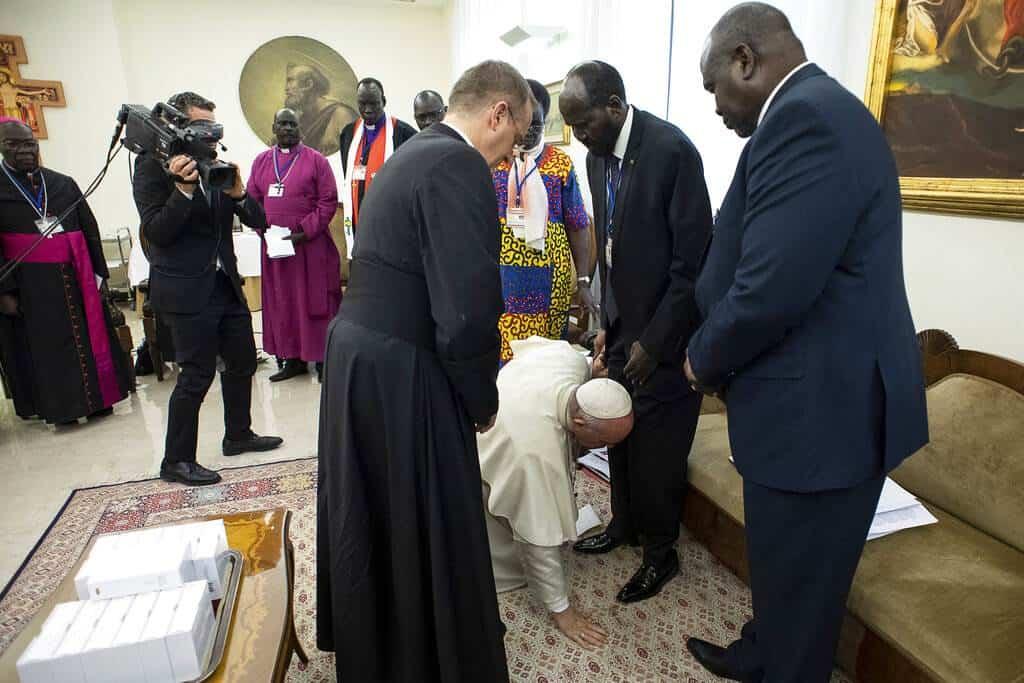 Resultado de imagen para El Papa besa zapatos de líderes rivales de Sudán del Sur