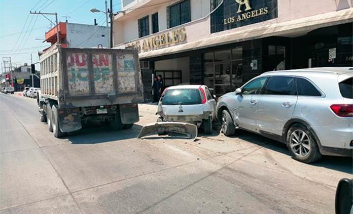 Camión sin frenos choca contra dos vehículos