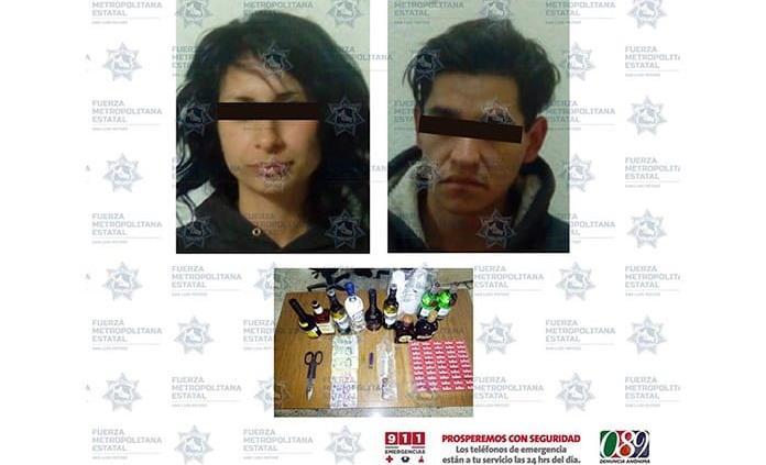 Cae a pareja con 10 botellas de bebidas alcohólicas y cajetillas de cigarros robadas en tienda de 18 de Marzo