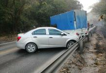 Conductor de camión cañero provoca aparatoso accidente