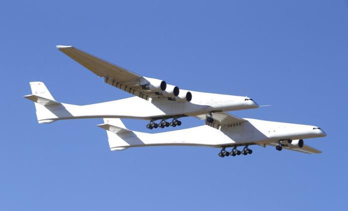 Gigantesco avión de seis motores despega de California