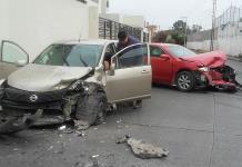 Dos heridos y fuertes daños, en accidente vial