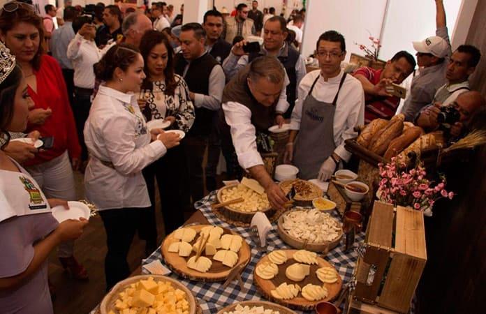 Degustación inaugural de la Feria del Queso de Villa de Reyes.