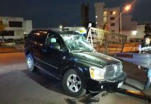 Conductor choca contra portón de taller y abandona camioneta