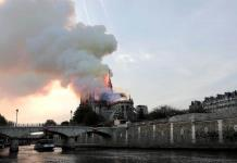 Bomberos declaran totalmente apagado el fuego en Notre Dame; varios tesoros, casi intactos