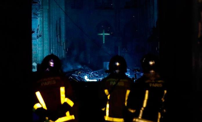 Bomberos, con cara de impotencia ante incendio en Notre Dame