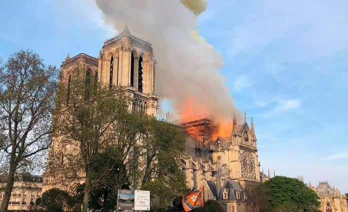YouTube vincula por error la cobertura del incendio de Notre Dame con el 11-S