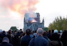 Fieles y turistas cantan Ave María cerca de Notre Dame