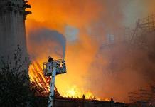 Bomberos de París no aseguran poder parar la propagación del incendio de Notre Dame
