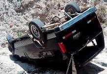Camioneta sin frenos se vuelca en presa S. José