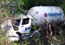 Chofer de pipa de gas se accidenta en la carretera a Rioverde