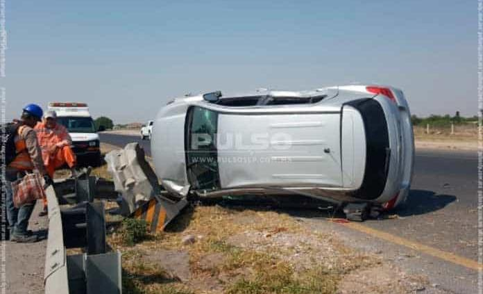 Conductora sufre aparatoso accidente en la carretera a Matehuala