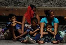 Tratan de bloquear paso de caravana migrante en Chiapas