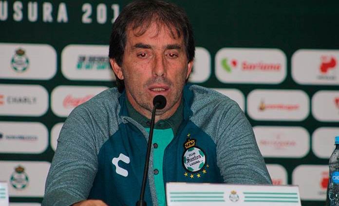 Santos presenta a uruguayo Guillermo Almada como técnico del equipo