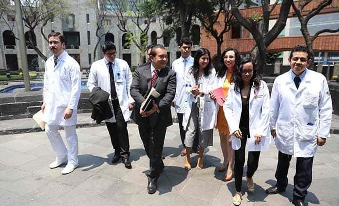 Gobierno pagará su salario a los médicos residentes