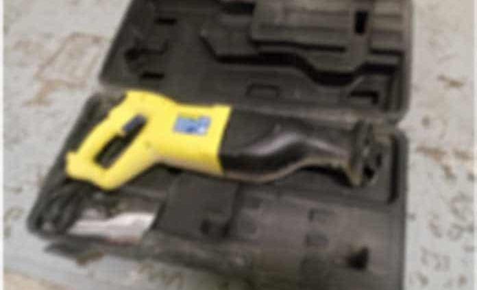 Un hampón roba herramienta eléctrica