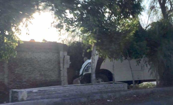 Camión de transporte de personal choca contra una barda