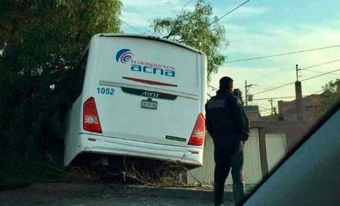 Camión se estampa contra barda