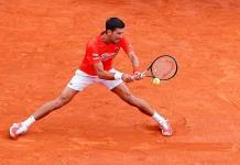 Djokovic sufre en su debut en Montecarlo, pero avanza