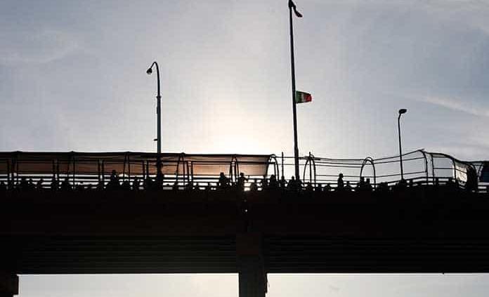 Migrantes cruzan frontera y se entregan en EU