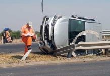 Una mujer resulta herida al volcar una vagoneta