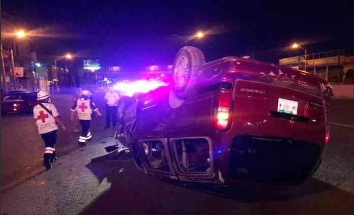 Vuelca una vagoneta y el conductor acaba golpeado