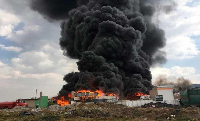 Registran fuerte incendio en depósito de reciclaje en Toluca