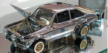 A subasta, un Ford Escort Tiny Classic de oro y diamantes