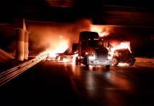 Arden cuatro tráilers al chocar en Matehuala