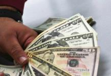 Dólar cede terreno, cierra en 19.54 pesos a la venta en bancos