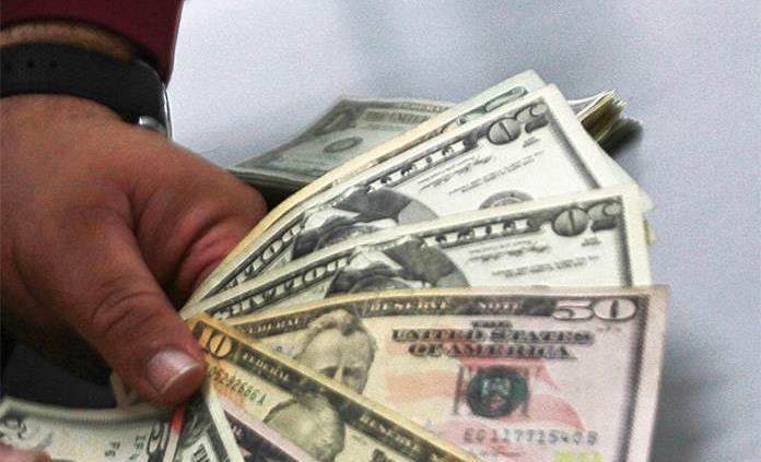 Dólar cierra semana hasta en 19.42 pesos en bancos
