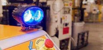 Un robot abastece piezas en planta Ford
