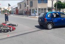 Joven en moto resulta herido en accidente
