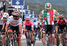 Gaviria gana tercera etapa del Giro por descalificación de Viviani
