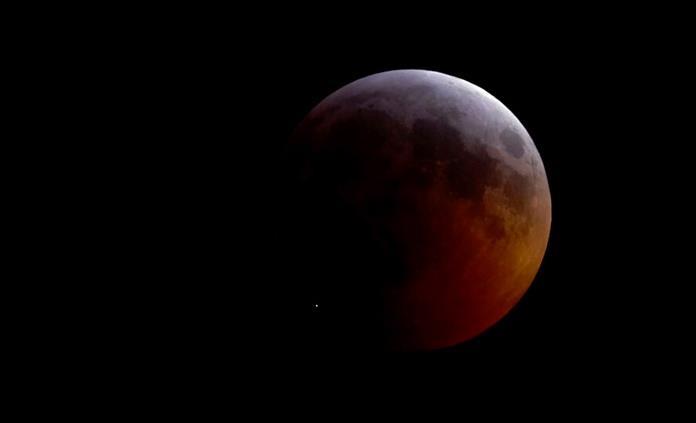 La Luna tiene arrugas y se está achicando