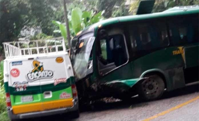 Autobús  choca contra una camioneta repartidora de productos