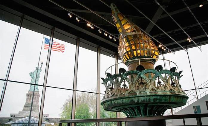 La antorcha original de la Estatua de la Libertad destella en su nuevo museo
