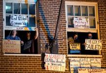 Activistas venezolanos frenan desalojo de embajada en EU