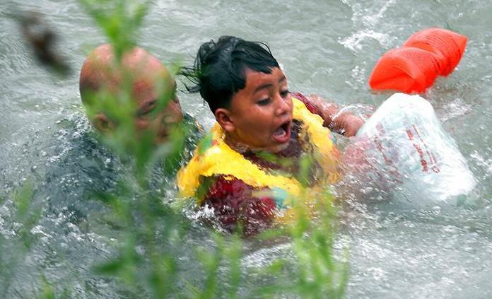 Agentes fronterizos rescatan a hondureños en el río Bravo