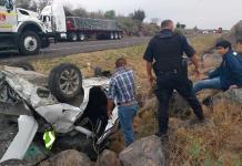 Cuatro empleados resultan heridos al volcar automóvil
