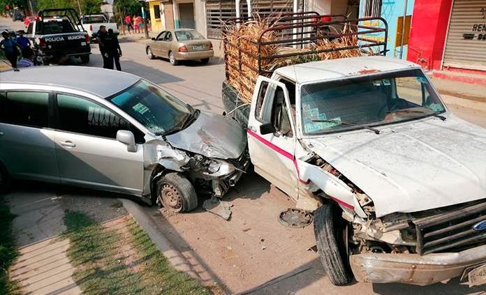Hombre de la tercera edad daña dos unidades con su automóvil