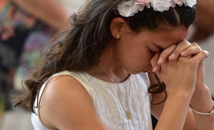 Mariem Abud Canseco efectúa su primera comunión