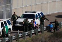 Trasladan a migrantes arrestados de Texas a California