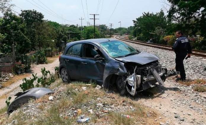 Regiomontano estrella su vehículo contra el tren en Ciudad Valles