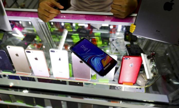 69886c53744 En CDMX, aumenta la compra de celulares falsos para darlos en asaltos