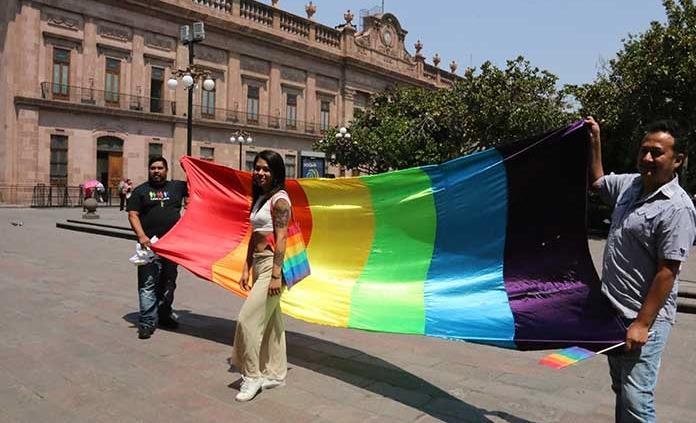 Comunidad LGBTTTI denuncia amenazas tras éxito de bodas gay