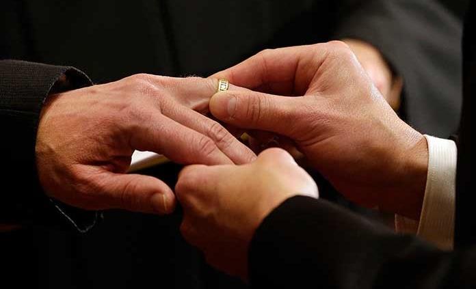 El Parlamento letón niega derecho de familia a parejas del mismo sexo