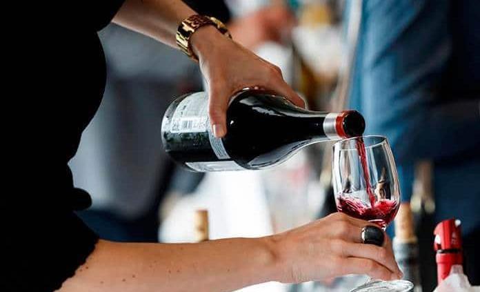 ¿Por qué es bueno tomar una copa de vino en la noche?